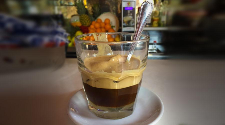 Caffè in ghiaccio con latte di Mandorla
